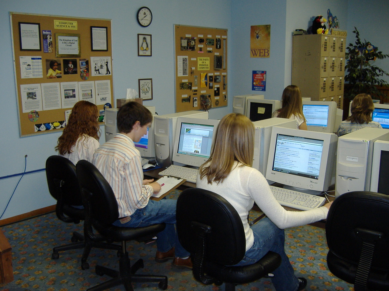 students_working_on_class_assignment_in_computer_lab