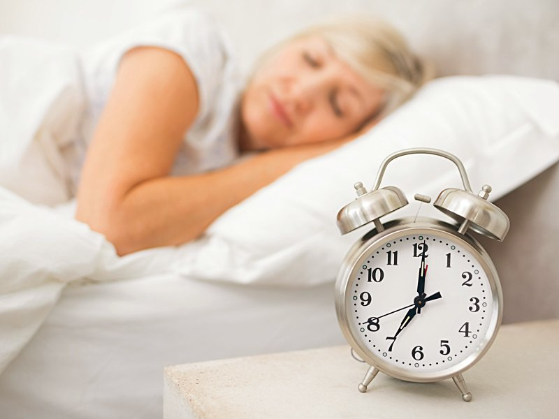 dt_151104_woman_sleeping_alarm_clock_800x600